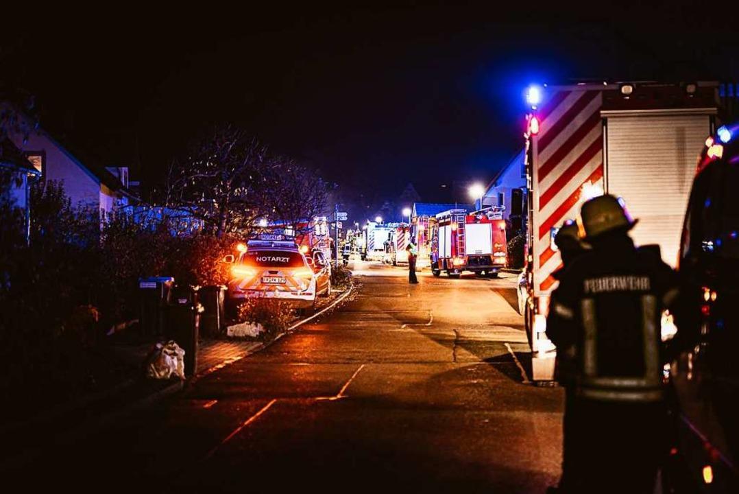 Zahlreiche Rettungsfahrzeuge und Feuer...rten beim Brand in Ebringen im Einsatz  | Foto: Feuerwehr Ebringen