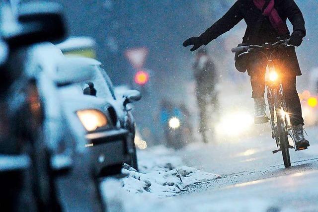 Durch den Schnee radeln: In Kurven weder treten noch bremsen