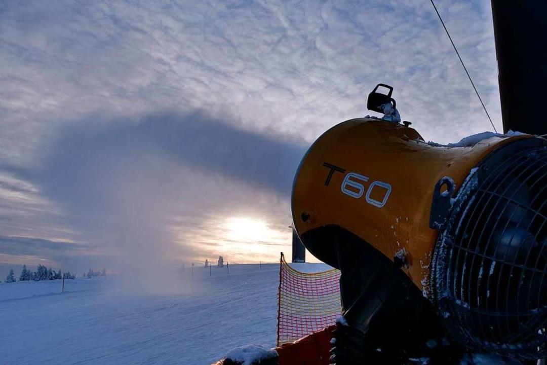 Die Beschneiungsmaschinen im Skigebiet Feldberg, hier am Seebuck, laufen.  | Foto: Patrick Kerber
