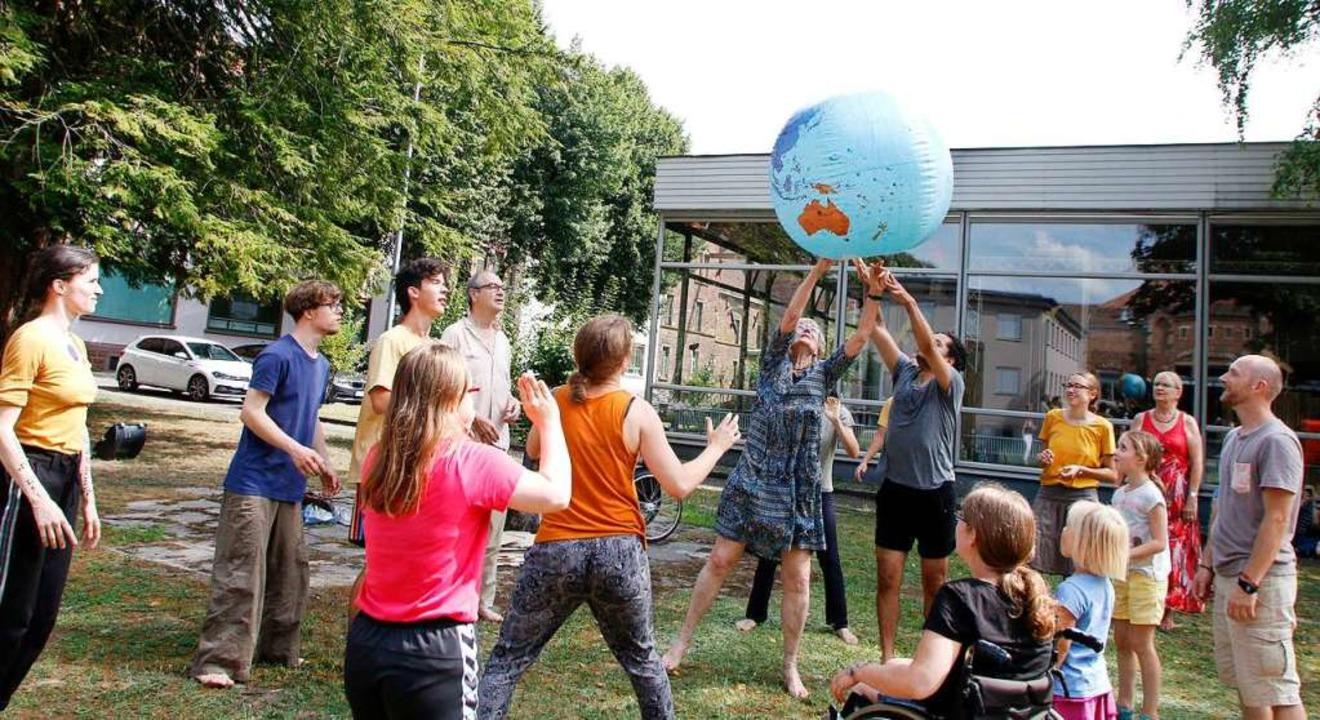 Im sommer trat die Gruppe an verschiedenen Orten in der Stadt auf.  | Foto: Heidi Fößel