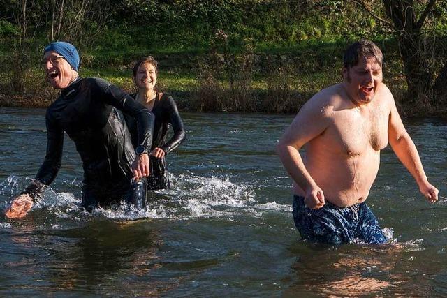 Vier Pfarrer nehmen ein Bad im eiskalten Fluss Wiese