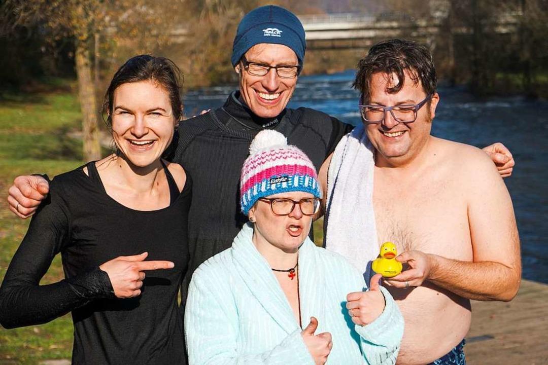 Geschafft: vier Pfarrer und eine Ente nach dem eiskalten Badevergnügen    Foto: Ansgar Taschinski