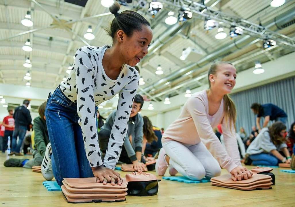 Schulkinder sollen Wiederbelebung rege...n sich Experten der Notfallversorgung.  | Foto: Axel Heimken (dpa)