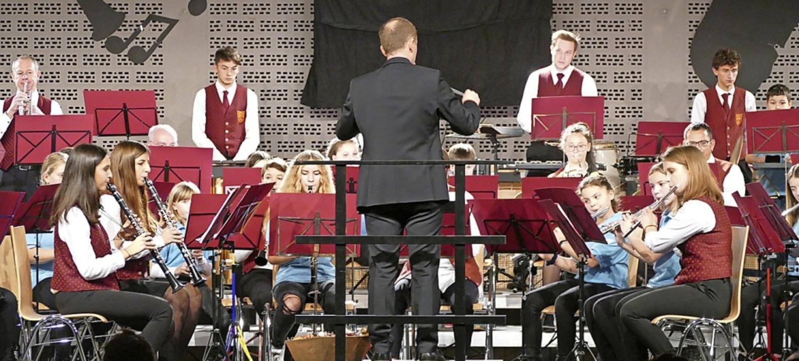 Die Stadtmusik sorgte mit der Jugendkapelle für weihnachtliche Stimmung.  | Foto: Victor Adolf