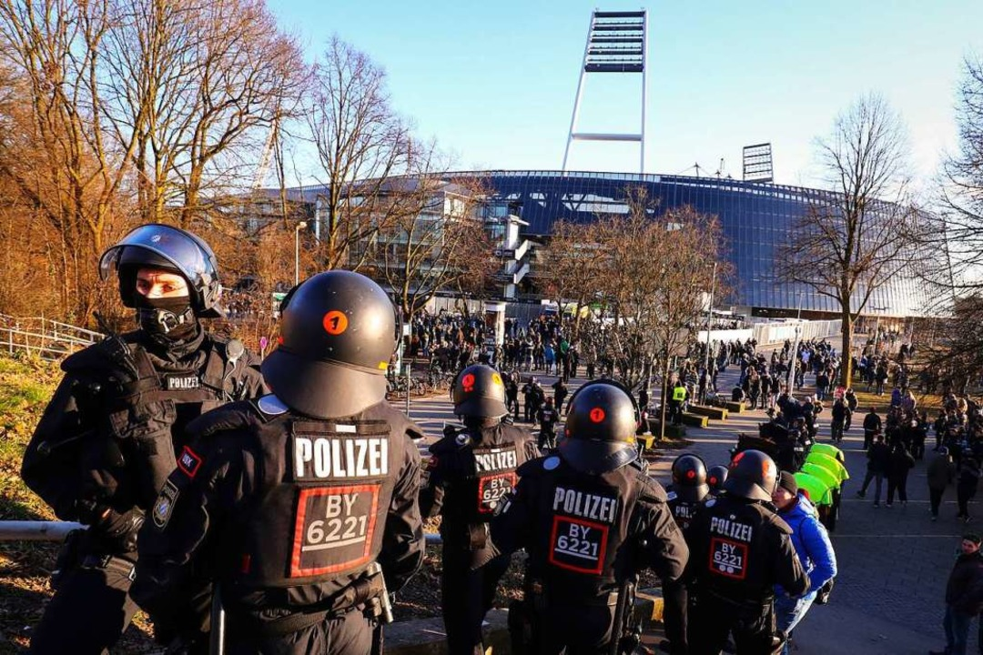 Foto aus dem Jahr 2018: Beim  Spiel We...Polizisten den Eingang zum Gästeblock.    Foto: Christian Charisius (dpa)
