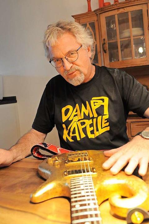 Berndt Mühlbach mit seiner selbstgebauten Gitarre.  | Foto: Privat