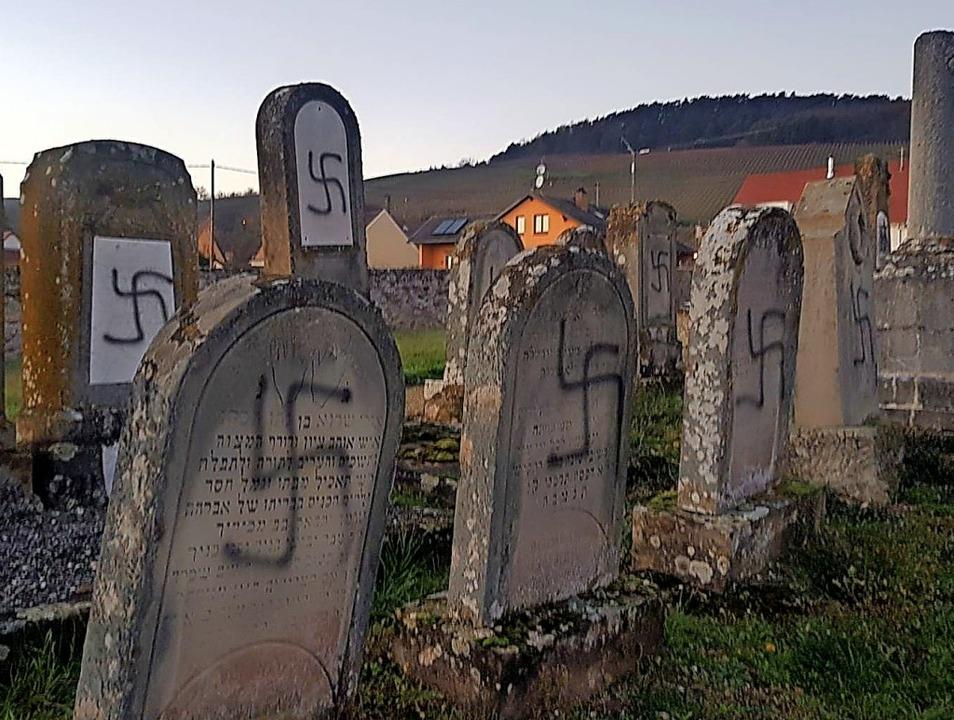Hakenkreuze auf Grabsteinen im elsässischen Westhoffen  | Foto: Präfektur Straßburg
