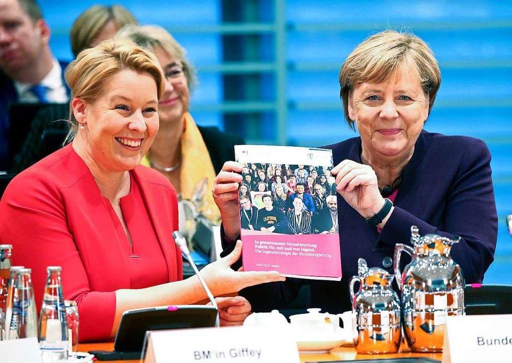 Kanzlerin Angela Merkel (rechts) stell...) am Dienstag die Jugendstrategie vor.    Foto: Wolfgang Kumm (dpa)