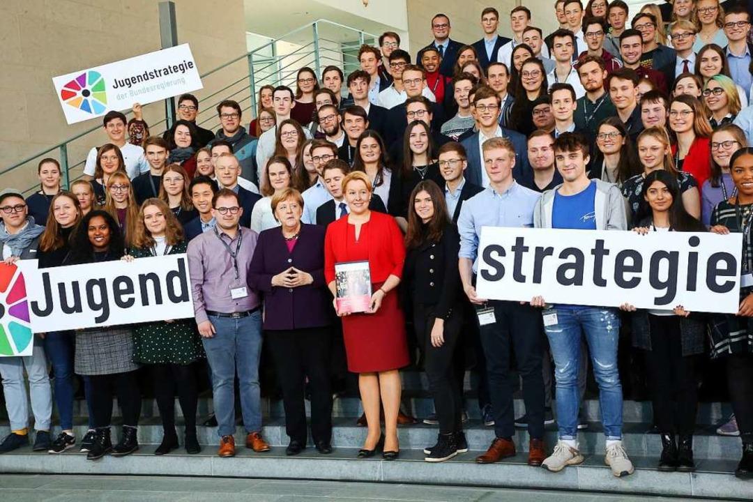 Gruppenfoto mit Jugendlichen: Kanzlerin Merkel und Familienministerin Giffey    Foto: Wolfgang Kumm (dpa)