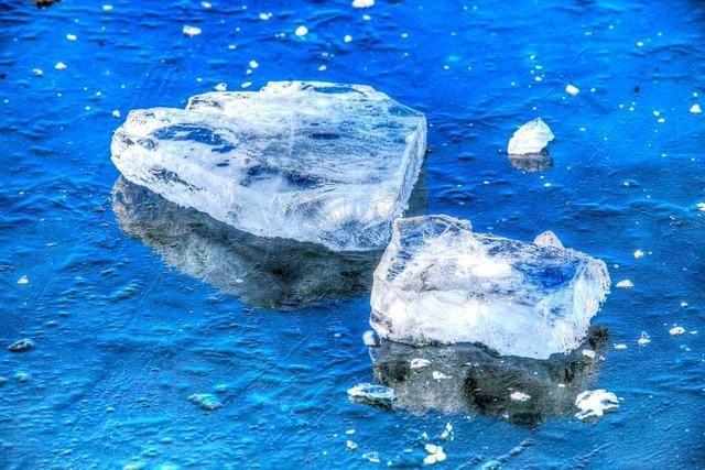 Eine Eisplatte rutscht vom Lastwagen und beschädigt ein Auto auf der A98