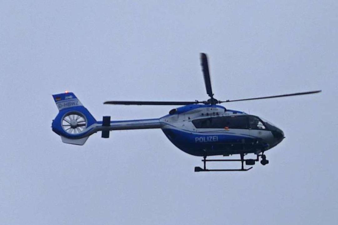 Zur Fahndung nach dem mutmaßlichen jun...e Polizei auch einen Hubschrauber ein.  | Foto: Helmut Seller