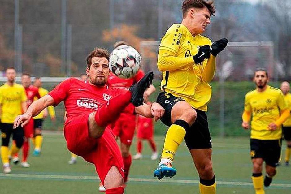Der FV Herbolzheim ging beim SV Ballrechten-Dottingen auch dorthin, wo es wehtut. Am Ende mit Erfolg: Mit 3:2 setzten sich die Gelben in der Landesliga, Staffel II, bei den roten durch. (Foto: Norbert Kreienkamp)