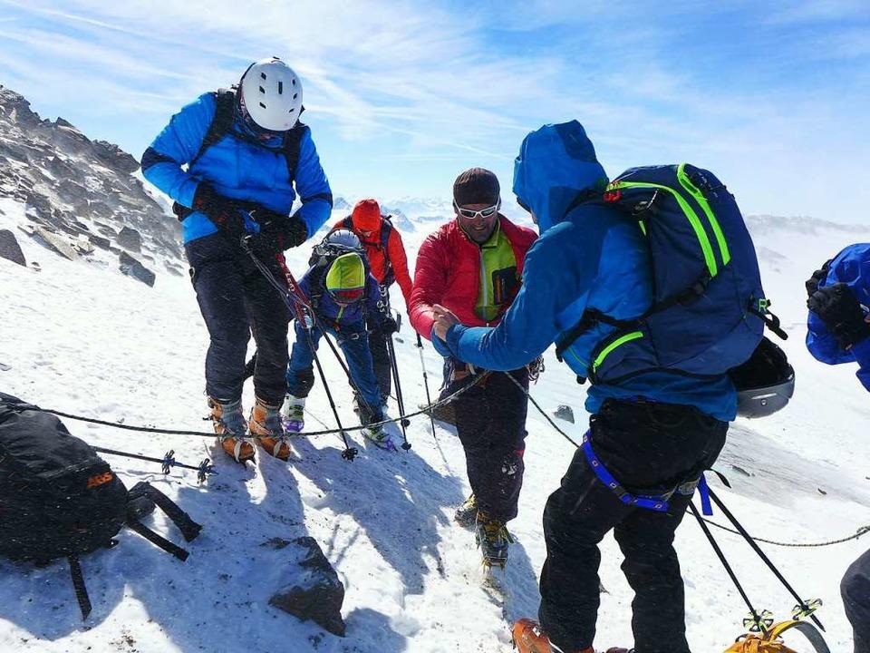 Für die  letzten Meter auf den  Gipfel  braucht es Steigeisen.  | Foto: Stefan Zahler