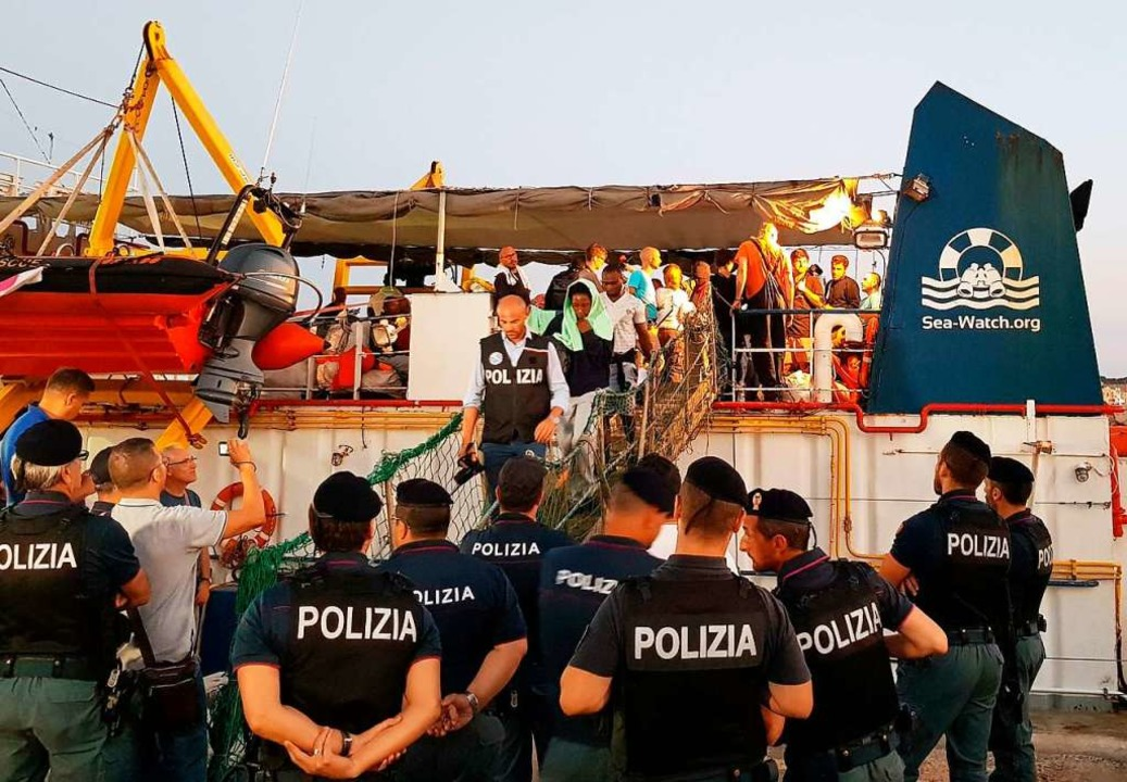 Zwei Wochen lang hatten sie darauf war...den Hafen von Lampedusa erzwungen hat.  | Foto: Elio Desiderio (dpa)