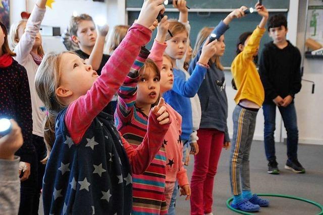 Viele Kinder betreten zum ersten Mal die Bühne im Burghof Lörrach
