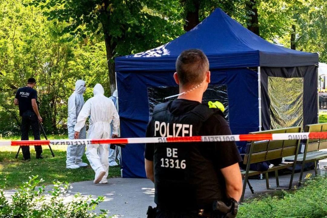 Beamte der Spurensicherung sichern im ...b. Dort wurde ein Georgier erschossen.    Foto: Christoph Soeder (dpa)