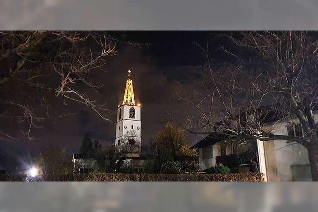 Die Denzlinger Kirche St. Georg steht da wie ein Leuchtturm