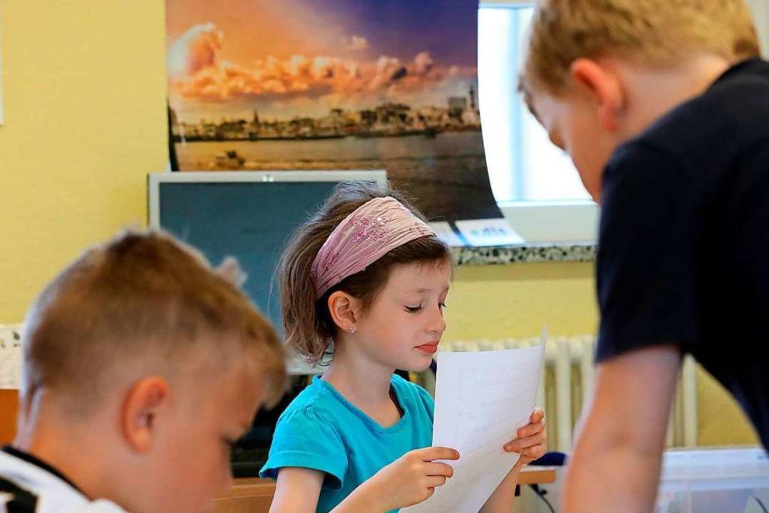 Diese Grundschüler in Greifswald erarbeiten sich einen Stoff gemeinsam.    Foto: Bernd Wüstneck