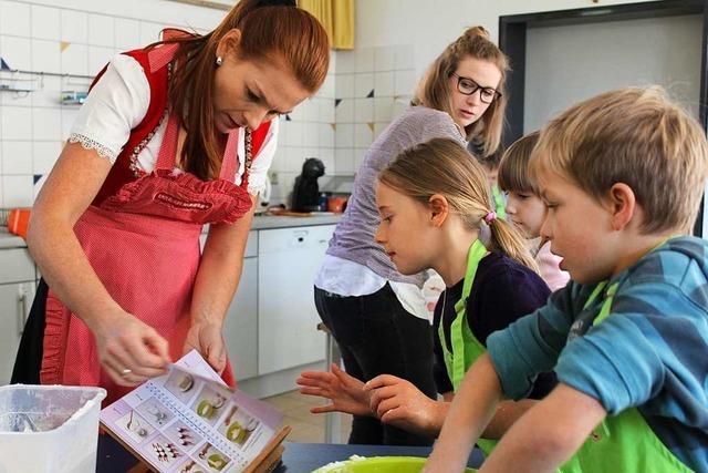 Eschbacher Grundschüler rühren, kneten und backen mit der Becherbäckerin Birgit Wenz