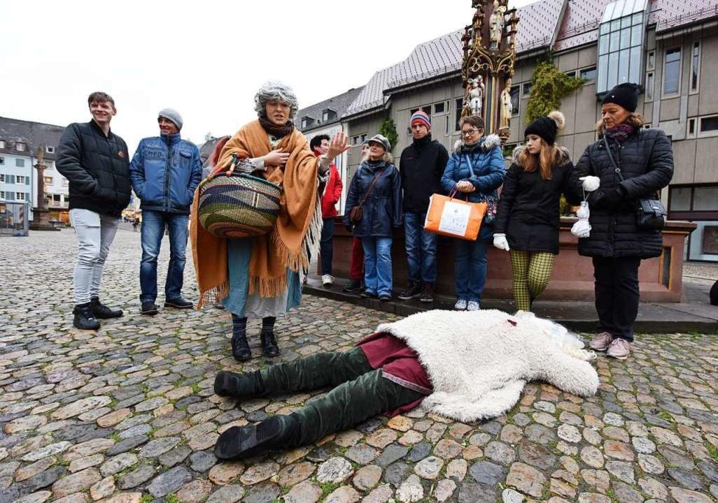 Schauspielerin Giulia Artemann von &#8... mit ihrer Gruppe den Nikolaus-Mörder.  | Foto: Rita Eggstein