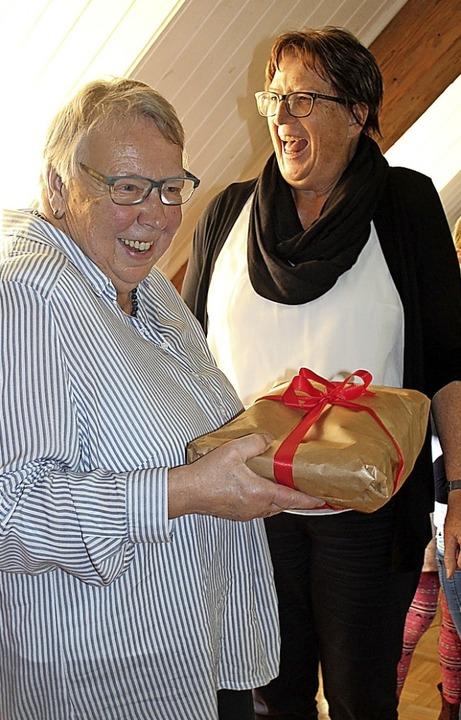 Rita Schüle (li.) übergab  Gabriele Scheuble die  Stofftaschen.    Foto: Petra Mann