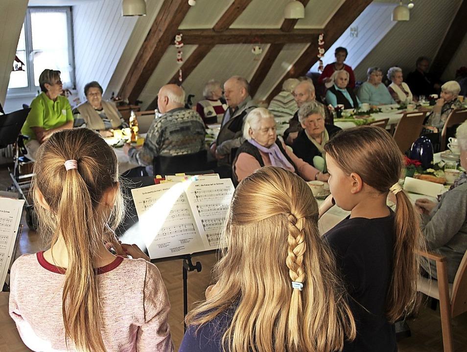Beim Adventskaffee spielte der Flötenk...rinnen und Senioren des St.Laurentius.    Foto: Petra Mann