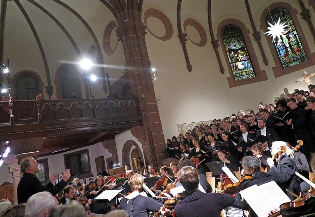 Ausgewogener Zusammenklang: Der große ...r Leitung von Thomas Hengelbrock (l.).  | Foto: Beatrice Ehrlich