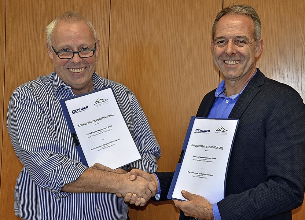 Rektor Frank Klauser (links) und Unter...ch über die Kooperationsvereinbarung.   | Foto: Roland Vitt