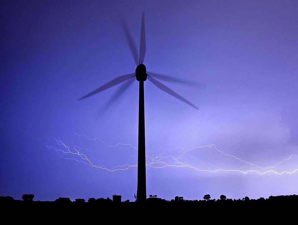 Die Gewinnung von Wasserstoff kann durch den Strom aus der Windkraft erfolgen.   | Foto: Julian Stratenschulte (dpa)
