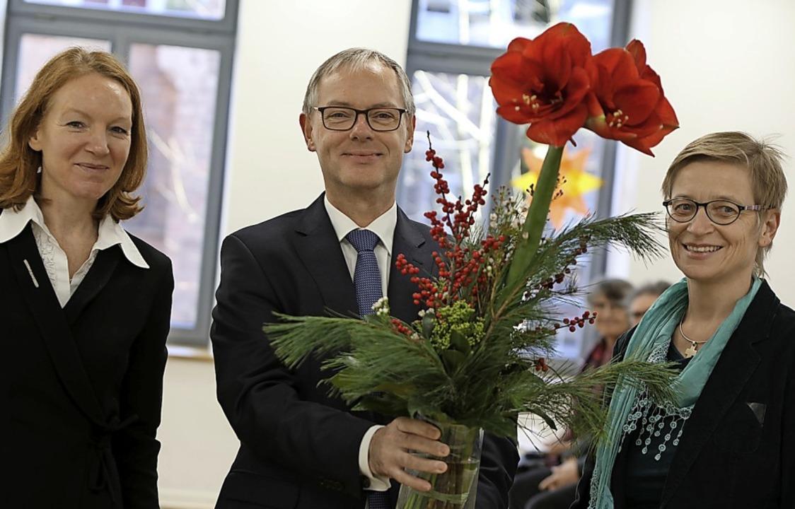 Eine Amaryllis bekam Jörg Neijenhuis z...  und Christina Ritzmann überreicht.      Foto: Christoph Breithaupt