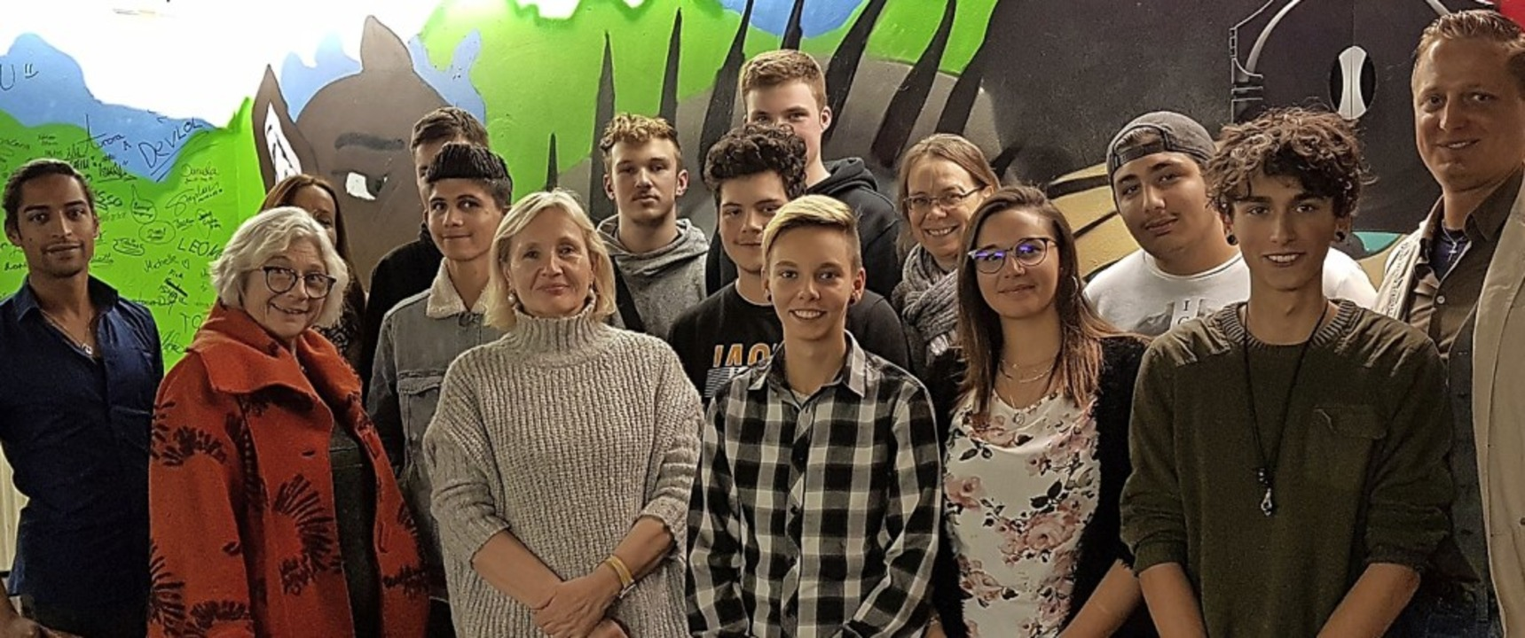 Jugendbetreuer Jeróme Ture (links) und...rner in Vertretung des Bürgermeisters.  | Foto: Cornelia Flury