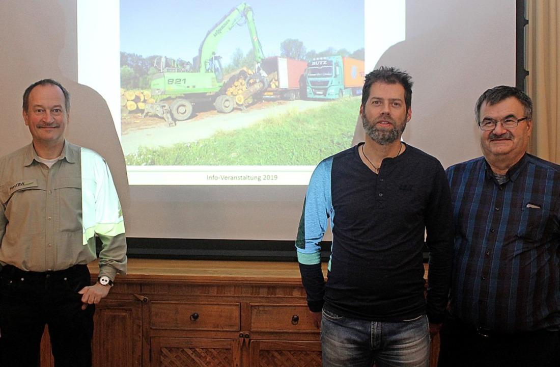 Lars Neubauer (2.v.r.) und Heinz Ehrma... des Forstbezirks Kandern-Schopfheim.   | Foto: Reinhard Cremer