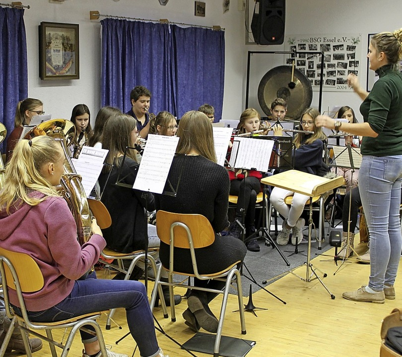 Eine große Zahl von Nachwuchsmusikern ...r dirigiert, ihr Können unter Beweis.     Foto: Cornelia Liebwein