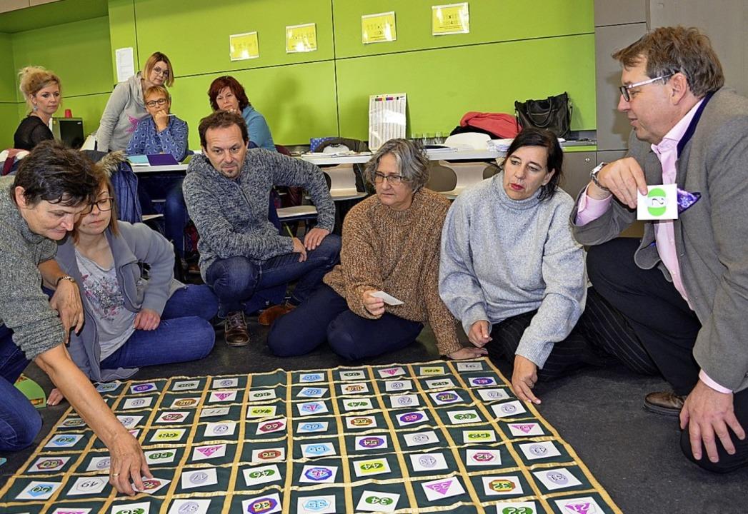 Mitarbeitende in der Schulkindbetreuun... in der Betreuung geht es um Bildung.   | Foto: Britta Wieschenkämper