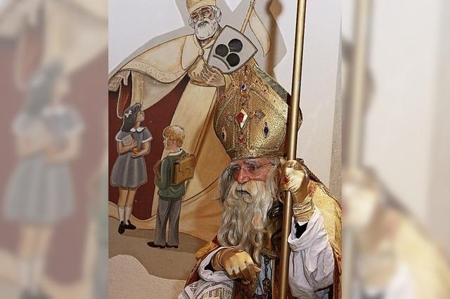 Nikolaus verteilt Gaben auf dem Nikolausplatz