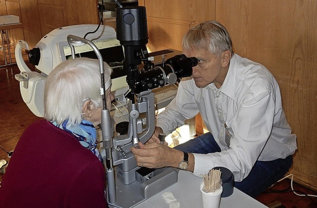 Augenarzt Dr. Rainer Dünzen untersucht...enten im mobilen Untersuchungszimmer.   | Foto: Kurt Meier