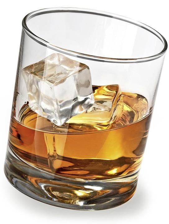Durch solch ein Glas mit dickem Boden ...Fasnet in einer Bar am Kopf verletzt.     Foto: kornienko alexandr