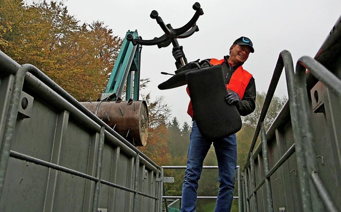 Landrat Frank Scherer packt an.   | Foto: Landratsamt