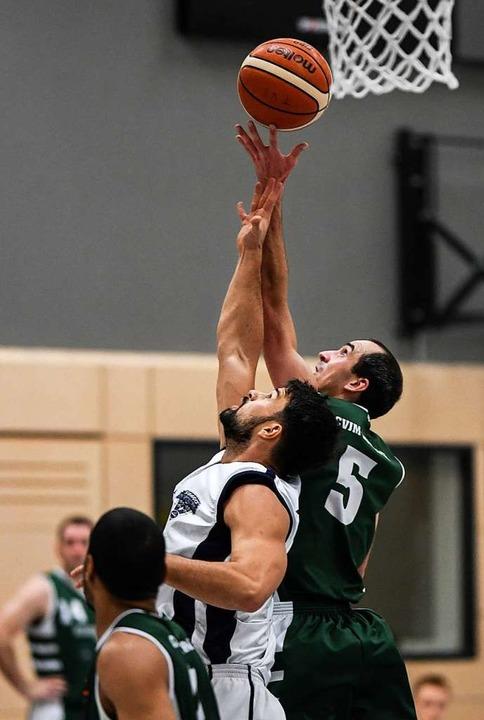 Nikolas Genz (weißes Trikot) setzt sich für die TVS-Basketballer ein.  | Foto: Patrick Seeger