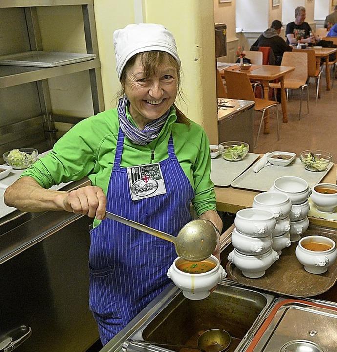 Anna Faller beim Suppeschöpfen im Essenstreff     Foto: Ingo Schneider