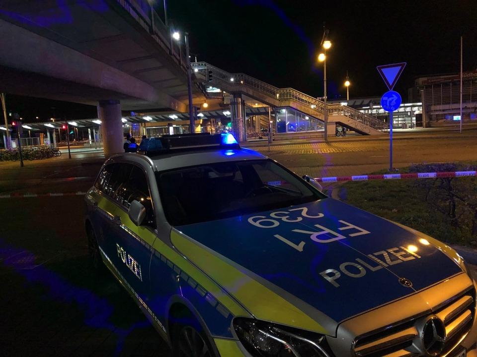 Am Freiburger Hauptbahnhof war am Donn...k auf die abgesperrte Stadtbahnbrücke.  | Foto: Joachim Röderer