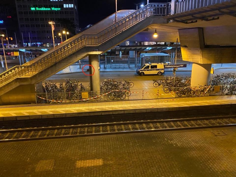 Dieser herrenlose Koffer am Busbahnhof...ßeinsatz am Donnerstagabend ausgelöst.  | Foto: David Vaulont
