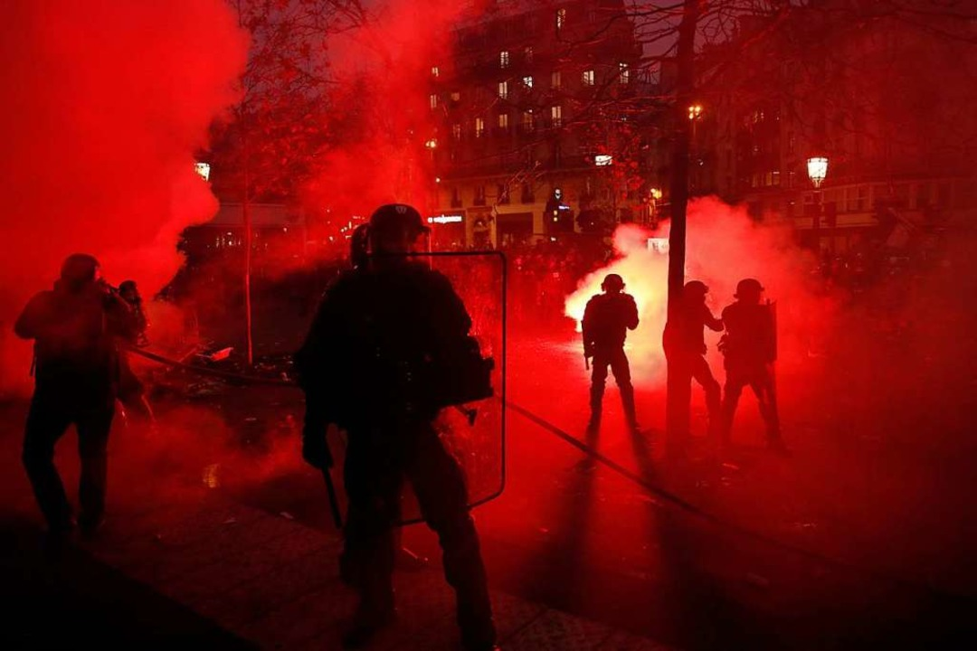 Bei den Protesten in Paris kam es zu Ausschreitungen.   | Foto: Thibault Camus (dpa)
