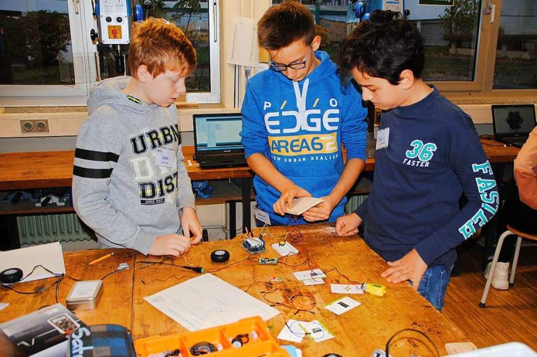 In kleinen Teams entwerfen und bauen B...or auch die Programmierung erstellten.    Foto: Manfred Frietsch