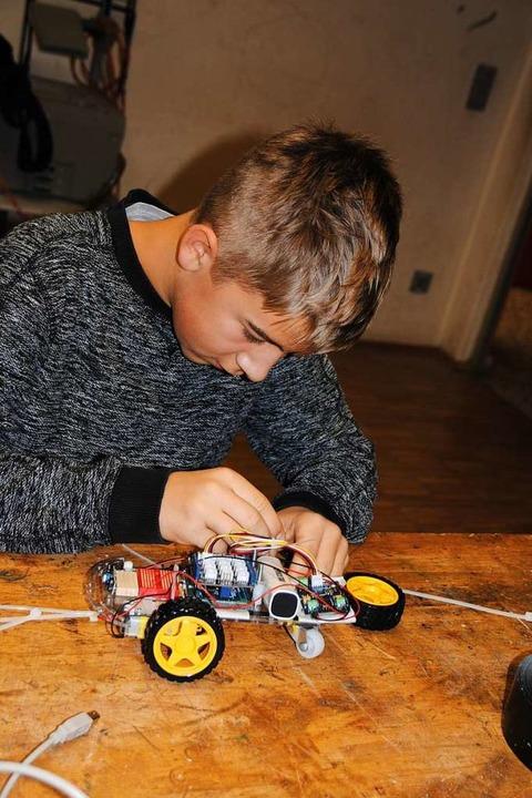 Vollgepackt mit Elektronik und gesteue...t hier ein kleiner Roboter auf Rädern.    Foto: Manfred Frietsch