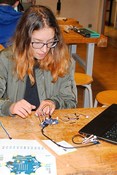 Eine Schülerin setzt elektronische Bau...benes Computerprogramm gesteuert wird.    Foto: Manfred Frietsch