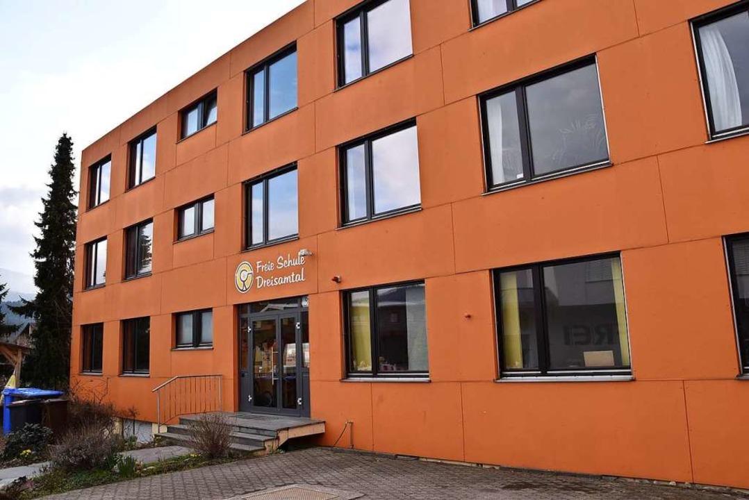 In kräftigem Orange präsentiert sich d...ule Dreisamtal derzeit in Kirchzarten.    Foto: Markus Donner