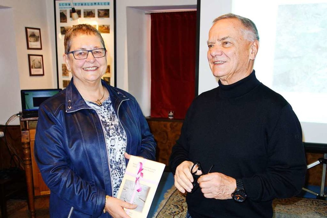 Hans Viardot bedankt sich bei Referentin Franziska Hirschner.  | Foto: Gudrun Gehr