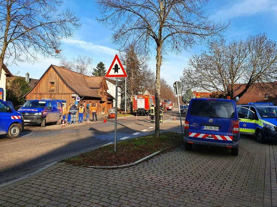 Zahlreiche Einsatzkräfte sind in Mietersheim vor Ort.  | Foto: Karl Kovacs
