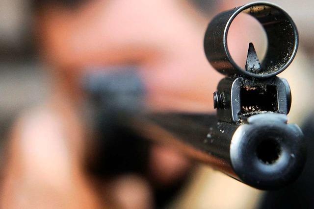 Männer schießen in ihrer Wohnung auf Dosen – Zeuge ruft Polizei